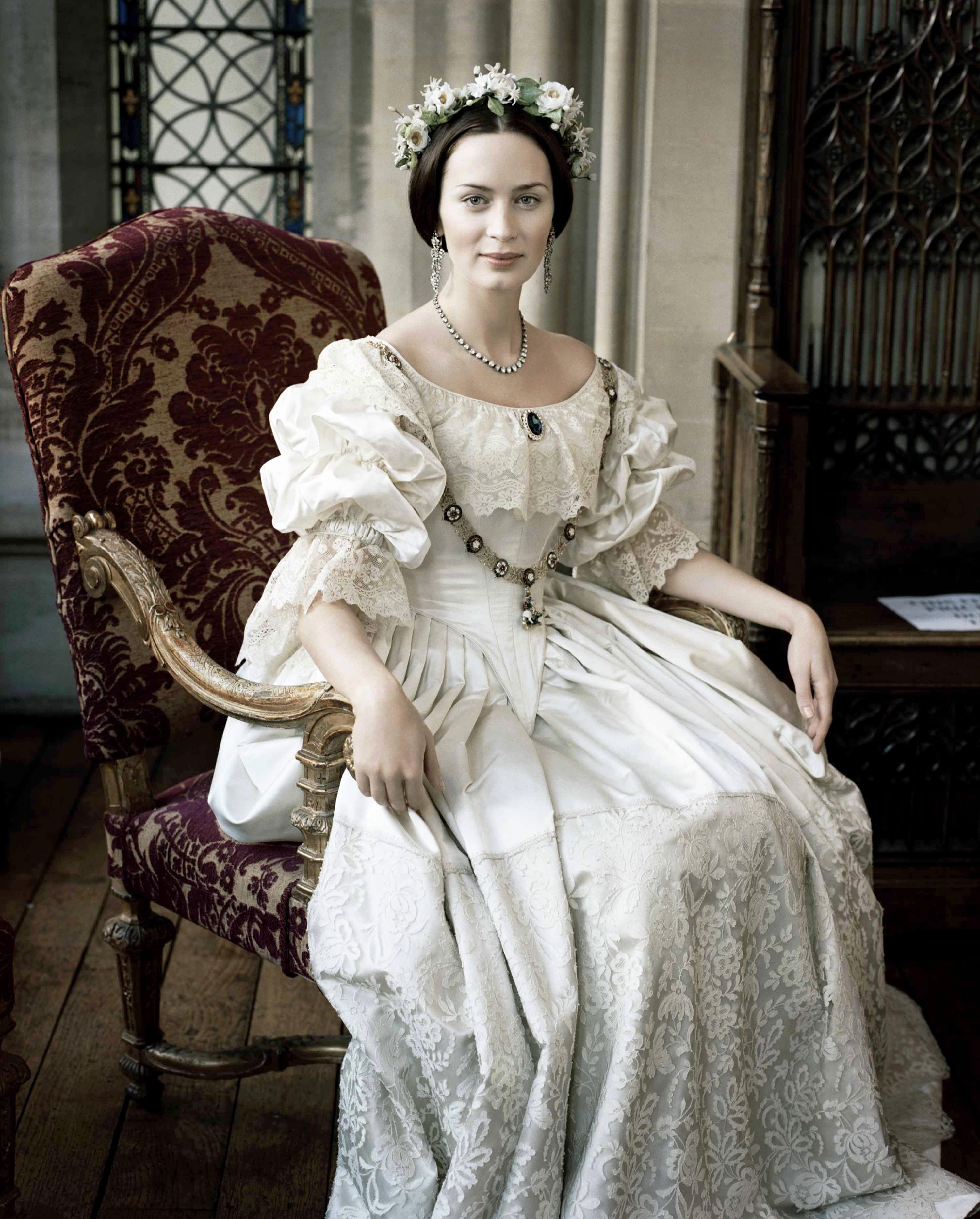 """Emily Blunt em """"A Jovem Rainha Vitória (2009)"""", com vestido de Sandy Powell"""