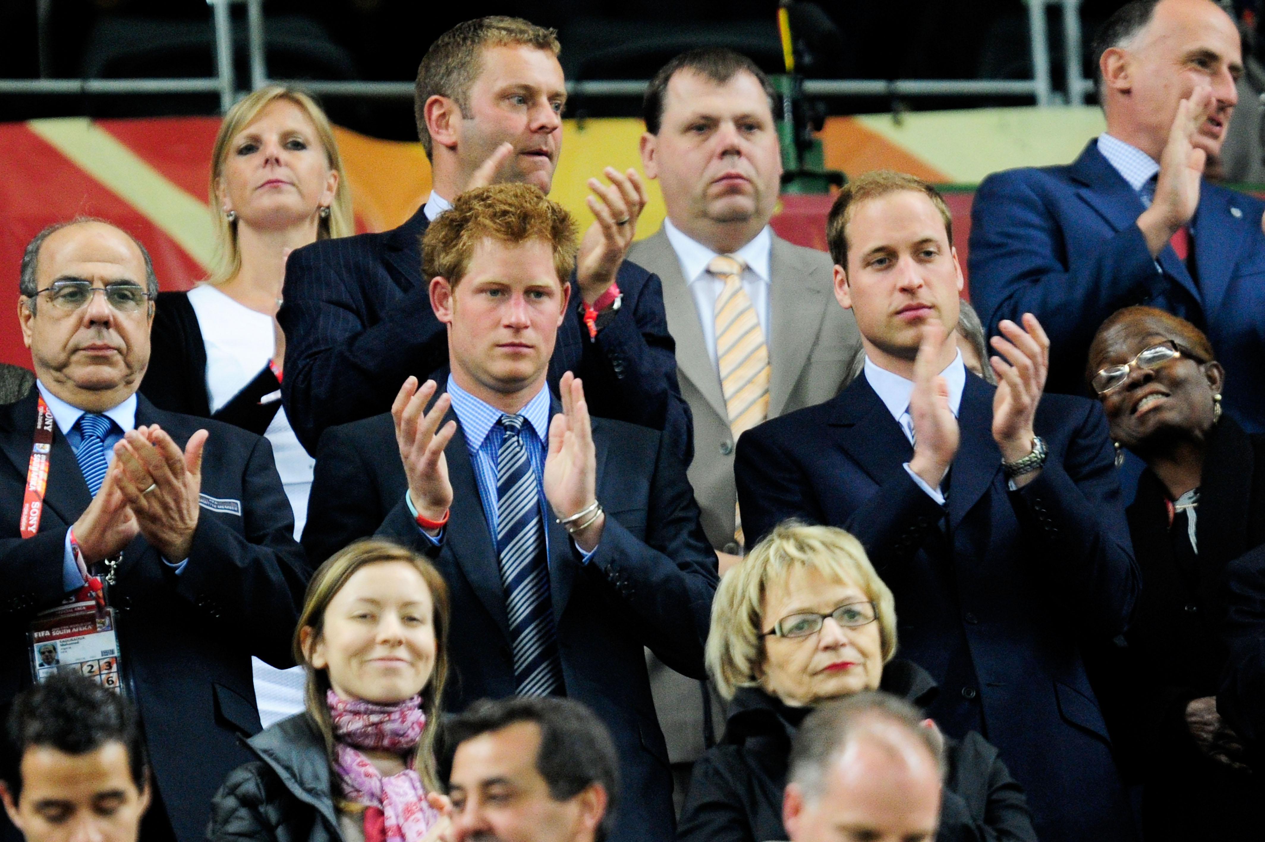 Principe William e Principe Harry assistem Inglaterra e Argelia na Copa do Mundo da Africa do Sul