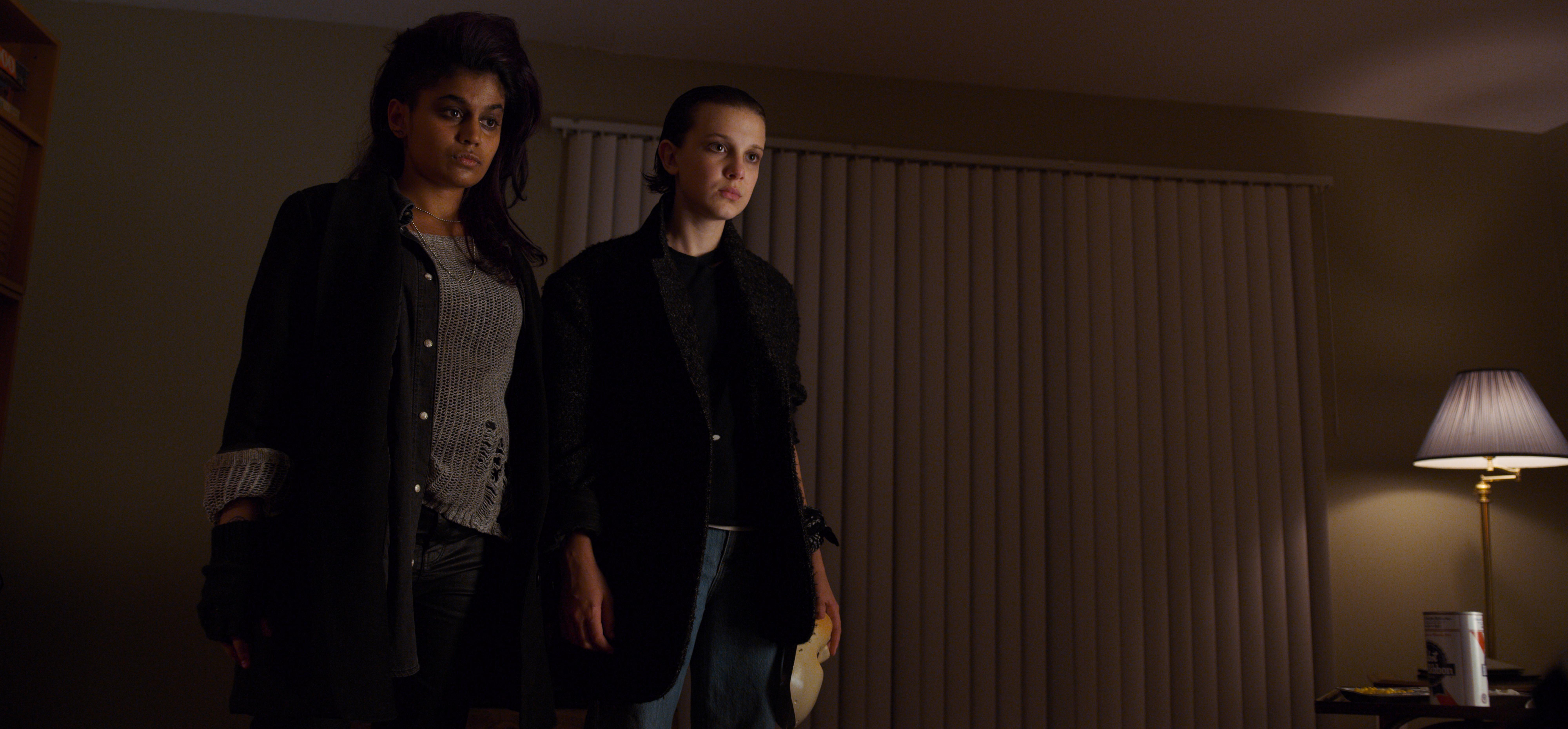 Linnea Berthelsen (Eight) e Millie Bobby Brown (Eleven) na 2ª temporada da série