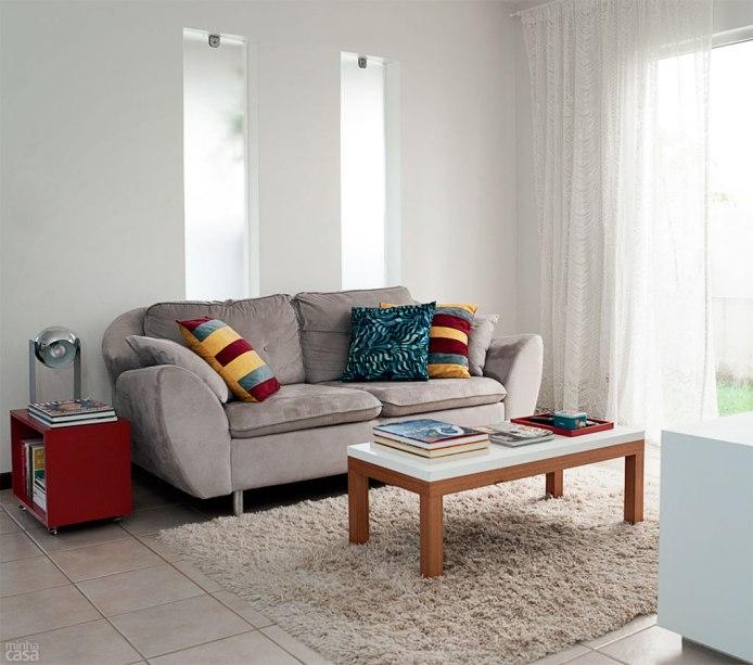 A cortina é feita de um tecido que Silvana ganhou da mãe e nunca havia aproveitado. Por ser branca, a renda não carrega o ambiente. Projeto de Marilza Gusmão.
