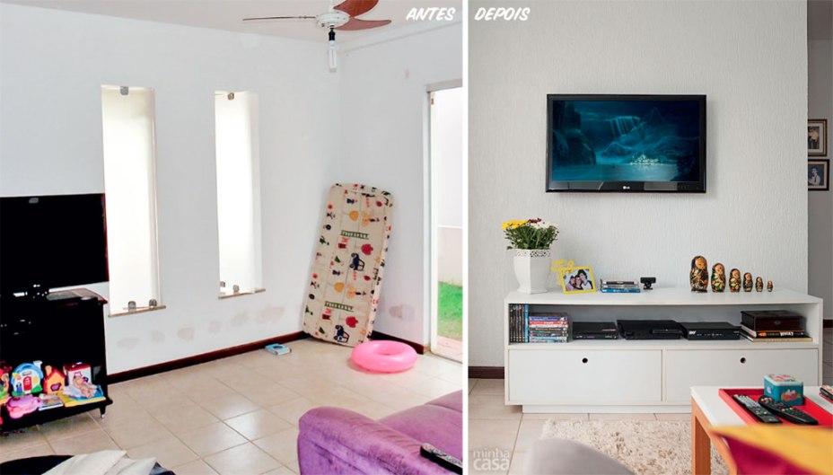 O sofá e a TV trocaram de lugar a fim de que a superfície maior, com janelas verticais, fosse mais bem aproveitada. Agora, ali se encaixam o estofado e a mesinha, e ainda há espaço de sobra. Já a televisão ficou acima do rack, de 1,50 m. Projeto de Marilza Gusmão.