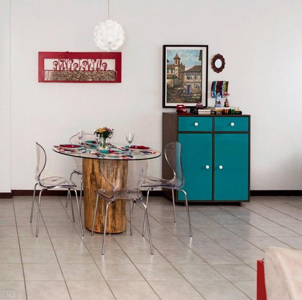 """""""O móvel-bar é a menina dos olhos do projeto"""", explica Marilza Gusmão. A cor turquesa alegrou aquela parte da sala, até então sem graça e apagada. A peça serve ainda de suporte para objetos cheios de histórias da família, como o prato de vidro de Murano, comprado em Veneza, cidade onde Silvana foi pedida em casamento."""