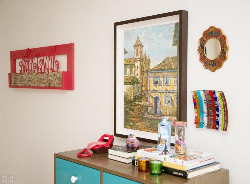 Também esperava um uso o quadro vermelho na parede, no qual são guardadas rolhas de vinho. Originalmente branco, ele parecia não se encaixar em lugar nenhum. A solução foi simples: pintá-lo de um tom da paleta usada no ambiente. Projeto de Marilza Gusmão.