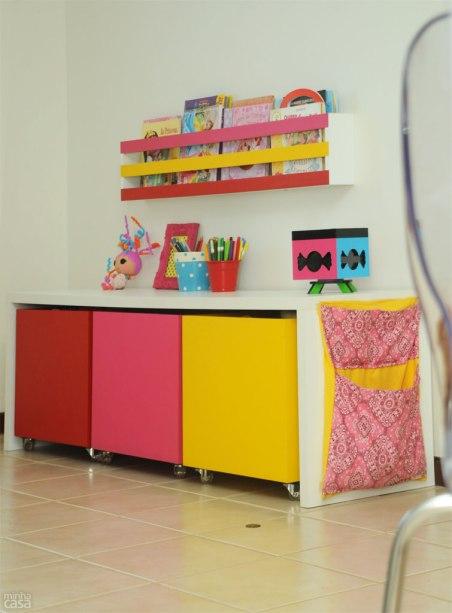 Organização e segurança foram as palavras-chave na hora de projetar o mobiliário infantil, por isso, a arquiteta optou por caixas com travas nos rodízios encaixados sob a bancada. Uma delas vira um banquinho para que, futuramente a menina aproveite esse móvel para estudar. Projeto de Marilza Gusmão.