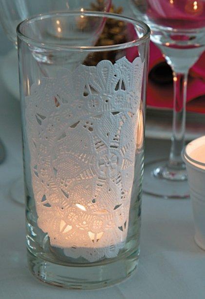 Achou o copo de requeijão? Bastou um porta-copo de papel rendado para deixá-lo irreconhecível, parecendo lamparina cara! A vela foi colocada, antes, em um copo menor, com o objetivo de evitar acidentes.