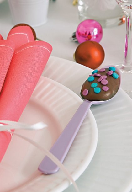 A receita do brigadeiro é a de sempre, mas que tal inovar na apresentação do doce? Colheres de plástico fazem bonito quando incrementadas com confeitos, alegria para os olhos e o paladar de crianças e adultos.
