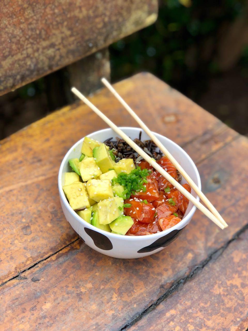 poke havaiano com arroz negro