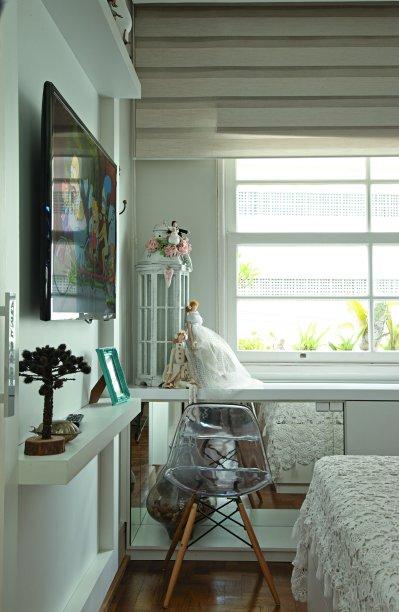 <span>Três em um, o móvel sob a janela, feito sob medida, é, ao mesmo tempo, baú, sapateira e mesa de trabalho – nesse último trecho, a cadeira de design marcante se encaixa no vão, revestido de espelho. Projeto da arquiteta Isabel Amorim.</span>
