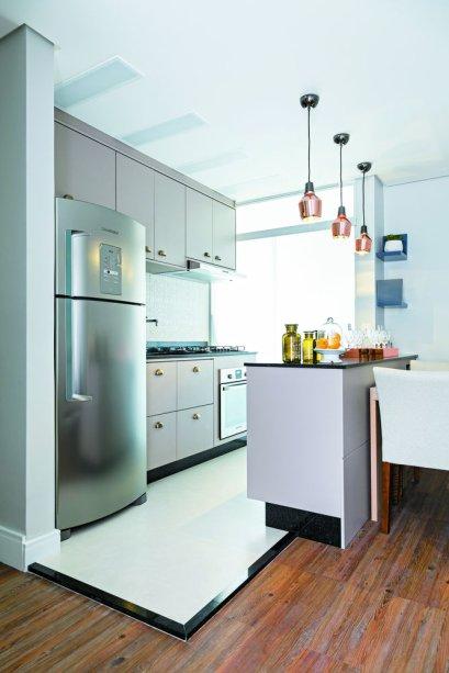 <span>Boa parte do encanto da cozinha se deve aos armários, desenhados pela arquiteta Bárbara Dundes. Feitas com MDF já revestido de laminado na cor nude (da Arauco), as peças foram arrematadas por puxadores do tipo concha, que conferem um ar europeu ao ambiente.</span>