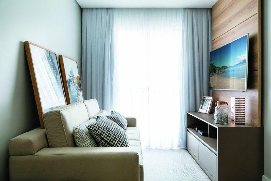 <span>Nada de excessos na compacta sala de TV: um belo sofá (modelo Genebra, da Klassic. Ateliê Petrópolis, R$ 3 780) e um rack com painel compõem um espaço confortável. Projeto da arquiteta Bárbara Dundes.</span>