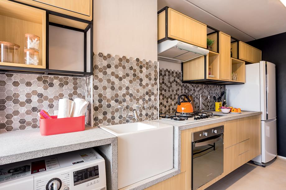 <span>O desenho contemporâneo dos móveis faz uma parceria adorável com o revestimento de parte da parede, que remete às pastilhas hexagonais antiguinhas. Projeto do escritório Pro.a Arquitetos.</span>
