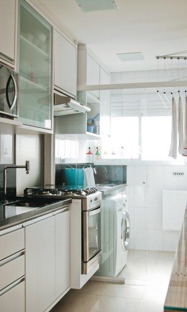 <span>Para aproveitar na cozinha a luminosidade que vem da área de serviço, os moradores separou os ambientes com uma porta de correr de vidro. Projeto daarquiteta Marina Barotti.</span>
