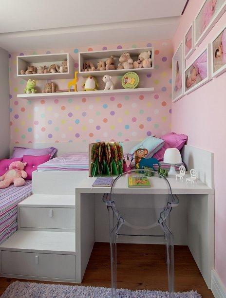 No quarto das crianças, as duas camas, dispostas em L, são acopladas a uma bancada. E cada degrau da escada que conduz ao leito mais alto embute um gavetão para acomodar brinquedos e outros itens. Projeto d<span>a designer de interiores Adriana Fontana.</span>
