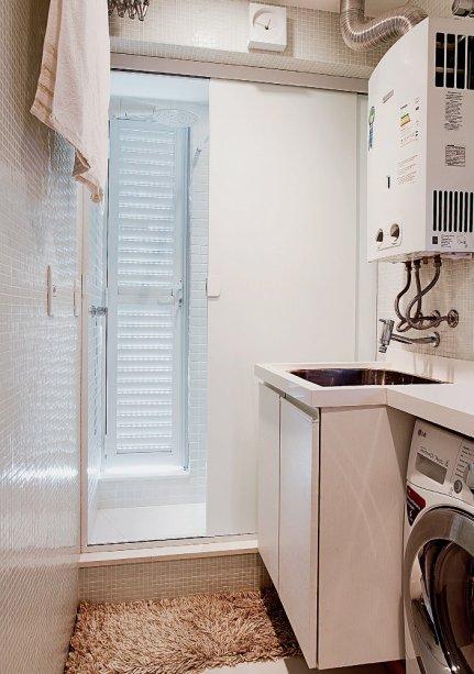 <span>Na lavanderia, que mede 1,70 x 1,35 m, cabe o básico: tanque, máquina de lavar e varal sanfonado. Projeto do arquiteto paulistaThiago Manarellie da designer de interiores pernambucanaAna Paula Guimarães.</span>