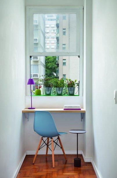 <span>Bastou uma chapa de pínus (99 x 40 cm) fixada com mãos-francesas para transformar o recuo da janela em um home office bem iluminado. Projeto do arquiteto Marcelo Moura, do escritório Tripper Arquitetura.</span>