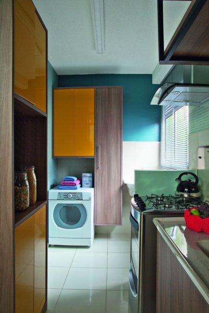 <span>O destaque do ambiente são os armários com portas em amarelo ouro. Projeto da designer de interiores Maria Veridiana Leoni, da M2House, e do arquiteto Kennory Weston, da KW Arquitetura.</span>
