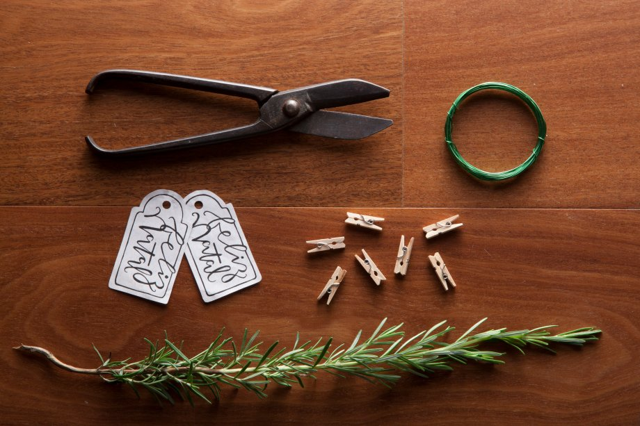 Você vai precisar de miniprendedores, um ramo de alecrim, tags de papel com o nome do convidadoe arame de jardinagem.