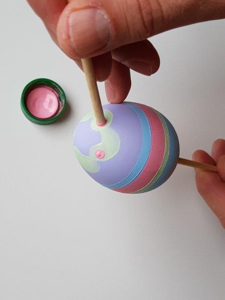 16- Use a ponta do espetinho para pintar as bolinhas na parte superior.