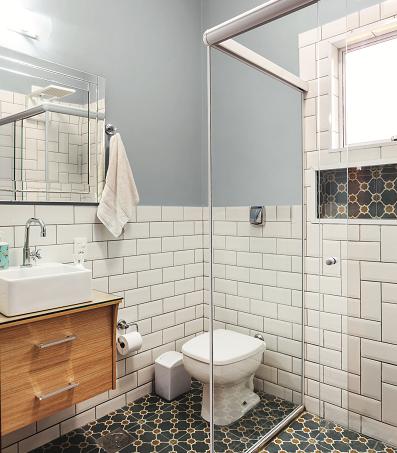 Azulejos de metro: banheiro renovado com subway tiles1