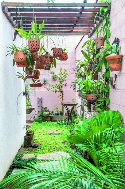 O quintal delicioso que banha o interior da casa com luz natural. Projeto<span>dos arquitetos Francesco Picciallo e Inara Pálinkás, do Brita Arquitetura.</span>