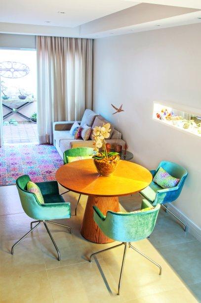 """<span>Para a decoração, os arquitetos sugeriram paredes neutras e cores pontuais. """"Usamos veludo azul nas cadeiras, que já eram da Renata, investimos em um tapete com estampa de ladrilhos (Casa Malgga) e demos aconchegocom madeira"""", fala o profissional. Projetodos arquitetos Francesco Picciallo e Inara Pálinkás, do Brita Arquitetura</span>"""