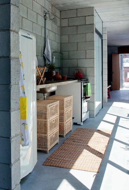 Com geladeira, pia e fogão alinhados, a cozinha não deixa a desejar em relação às de apês atuais.