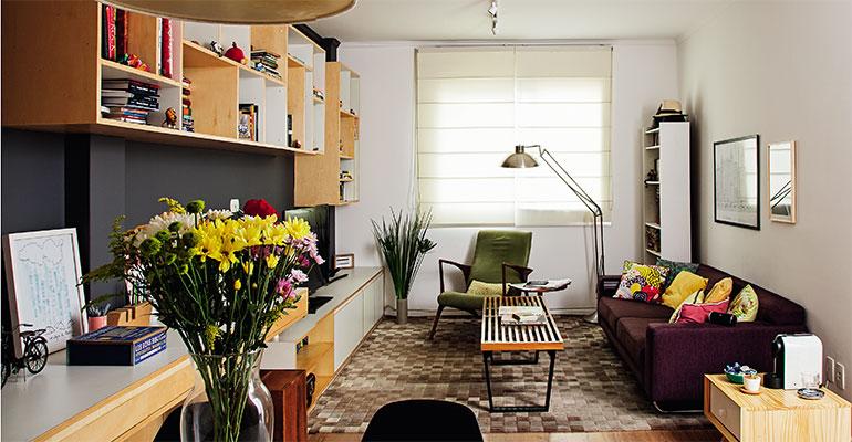 <span>Cômodo mais usado do apartamento, a sala foi o ponto de partida da renovação. Para ocupar sua parede mais extensa, o arquiteto</span><span>Gustavo Capecchi</span><span>desenhou um móvel multifuncional – composto por diversos módulos, ele atua como bar, mesa de refeições, rack, escrivaninha e estante, além de acomodar taças, eletrônicos e até um colchão inflável para visitas.</span>