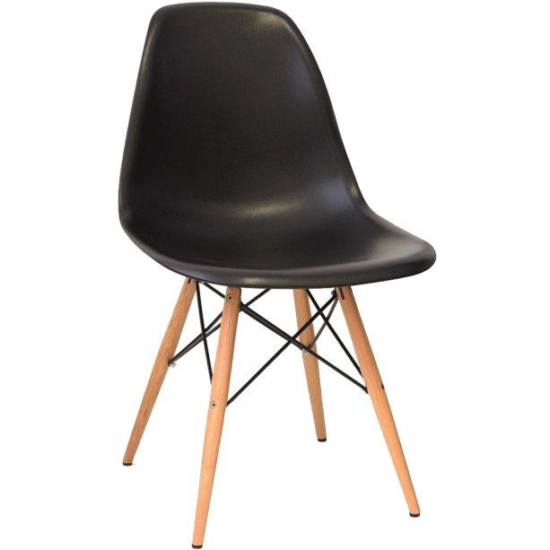 """Kit com 2 Cadeiras Eiffel Charles Eamesda Mpozenato. O preço é de R$358 em <a href=""""http://www.gotoshop.com.br/Moveis/SaladeJantar/CadeiradeJantar/Kit-02-Cadeiras-Eiffel-Charles-Eames-em-ABS-Preta-com-Base-de-Madeira-DSW-10199565.html?utm_source=emala&utm_medium=materia_minhacasa&utm_campaign=edicaosetembro&utm_content=201709"""">abr.ai/kit-cadeiras</a>"""