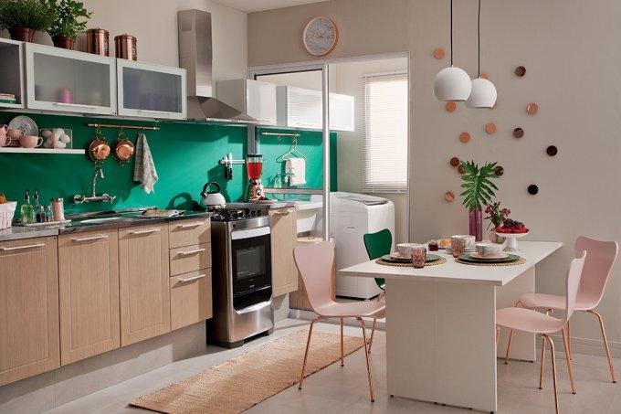 Cozinha e lavanderia repletas de soluções práticas e econômicas