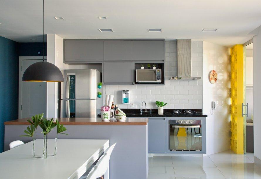 A arquiteta Bruna Carra apostou em dois tons da mesma paleta para os armários da cozinha.