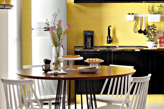 cozinha-integrada-projeto-combina-tiles-amarelo-e-armários-preto (7)
