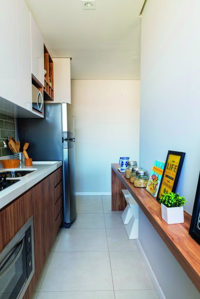 <span>Com 30 cm de profundidade na divisa entre cozinha e sala, o balcão americano oferece lugar para refeições rápidas. Repare que a peça se prolonga no lado da cozinha (16 cm de profundidade), onde apoia utensílios. Projeto das</span>arquitetas Fabiana Silveira e Patrícia de Palma, do escritório SP Estudio.