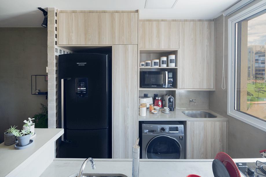 <span>Na lavanderia, acoplada à cozinha, o tanque foi trocado por um de embutir. O armário acima dele é uma despensa, e abaixo, ficam materiais de limpeza. Projetoda designer de interiores Carla Monza, do Estúdio Orla.</span>