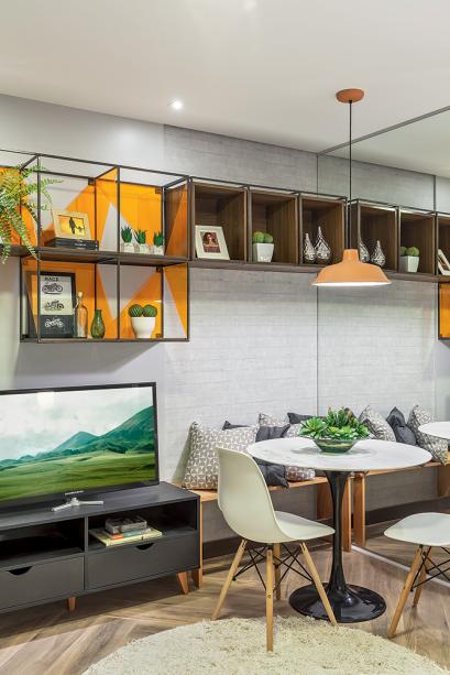 <span>Criação exclusiva da arquitetaMarcy Ricciardi é a estante suspensa, que mescla nichos de ferro, cubos de madeira e recortes triangulares de acrílico laranja.</span><span>Móveis de design não poderiam faltar, como o rack Lyn e as cadeiras Eames (Tok&Stok).</span>