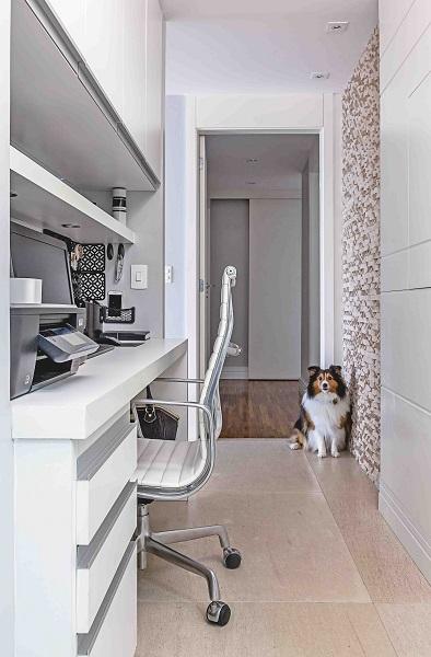 O estreito corredor se transformou em um espaço perfeito para abrigar o escritório.