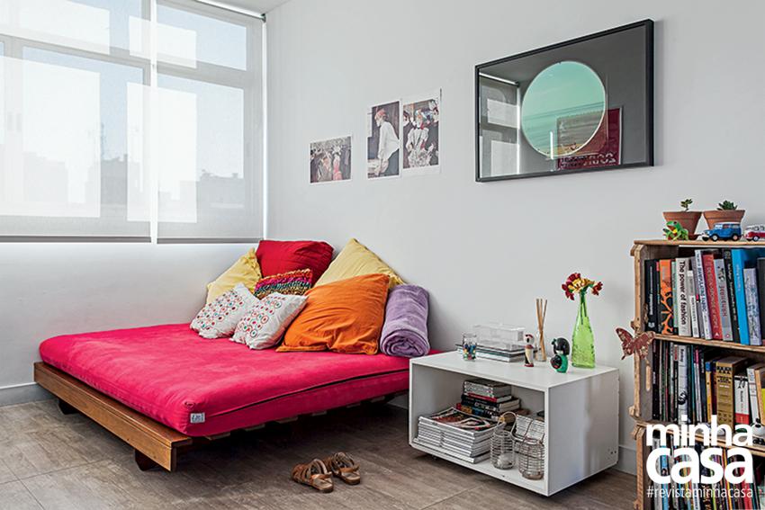 Uma composição de três caixotes de feira exibe livros, enfeites e até um velho projetor no apartamento da arquiteta Bárbara Ávila.
