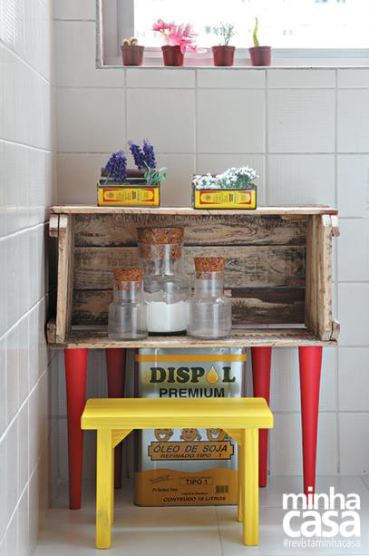 Bastaram quatros pés palitos para o caixote ganhar um nova função, agora na cozinha.