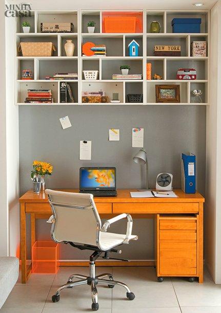 """<span>Três pequenas estantes encaixadas lado a lado compõem uma grande peça criativa e diferente. Nos 24 nichos existe de tudo um pouco - livros, enfeites e caixas organizadoras. Projeto dos arquitetos</span><span class=""""image-credit"""">Alice Martins e Flávio Butt.</span>"""