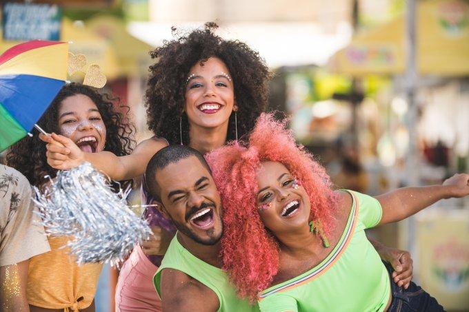 Amigos em carnaval de rua