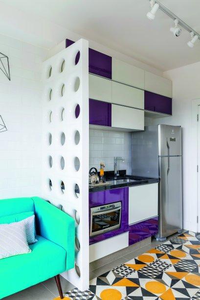 <span>No projeto da</span>arquiteta Stephanie Esposito, os armários nas cores branco e uva formam uma parceria perfeita com o piso de ladrilho.