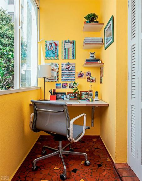 <span>A varanda fechada, anexa ao ambiente, era pouco usada, então a moradora decidiu montar ali o novo escritório. Coube tudo, e o espaço conta com iluminação natural e uma vista linda.</span>