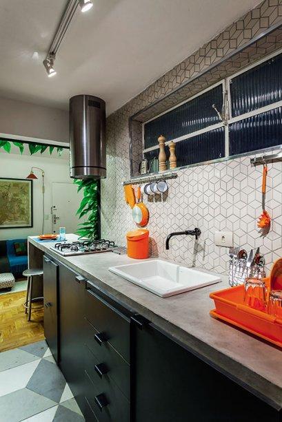O espaço de circulação é folgado (80 cm), e a decoração caprichada valoriza o ambiente. Projeto dodesigner de interiores Matteo Gavazzi.
