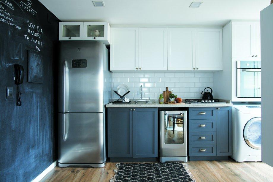 A blogueira Débora Alcântara e marido designer Fernando Sobzack elegeram cinza e branco para os armários da cozinha.
