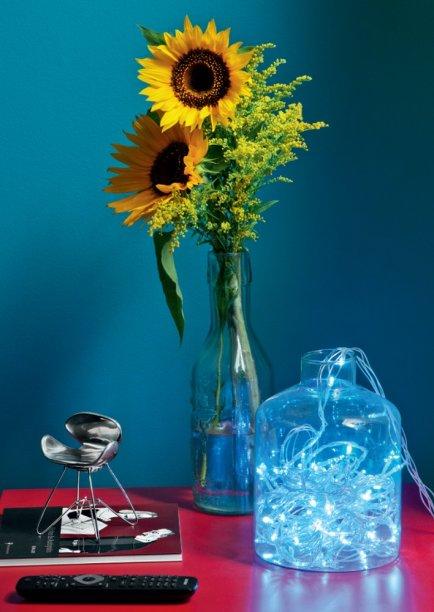 Uma ideia charmosa é usar as luzinhas dentro de vasos ou garrafas espalhados pelos ambientes.