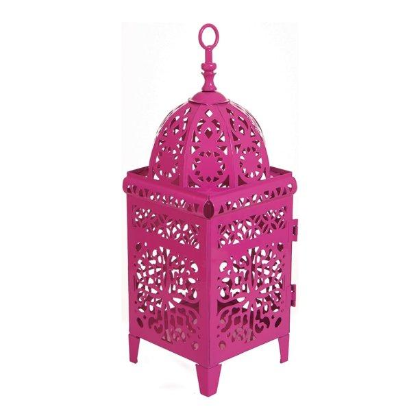 Lanterna marroquina Arabescos, de ferro, nas medidas 10,5 x 10,5 x 28 cm. Carro de Mola, R$ 42,953. Banqueta Nitro, de polipropileno, roxa, no tamanho 30 x 30 x 42 cm. Mobly, R$ 98,99.