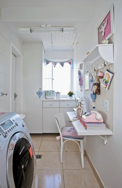 <span>A parede da janela é dominada por armários. O alto (0,50 x 0,58 x 2,35 m) foi reservado ao material de costura. Já o baixo (90 x 55 x 90 cm) tem gavetões para roupas limpas e sujas, além de embutir a tábua de passar.</span>