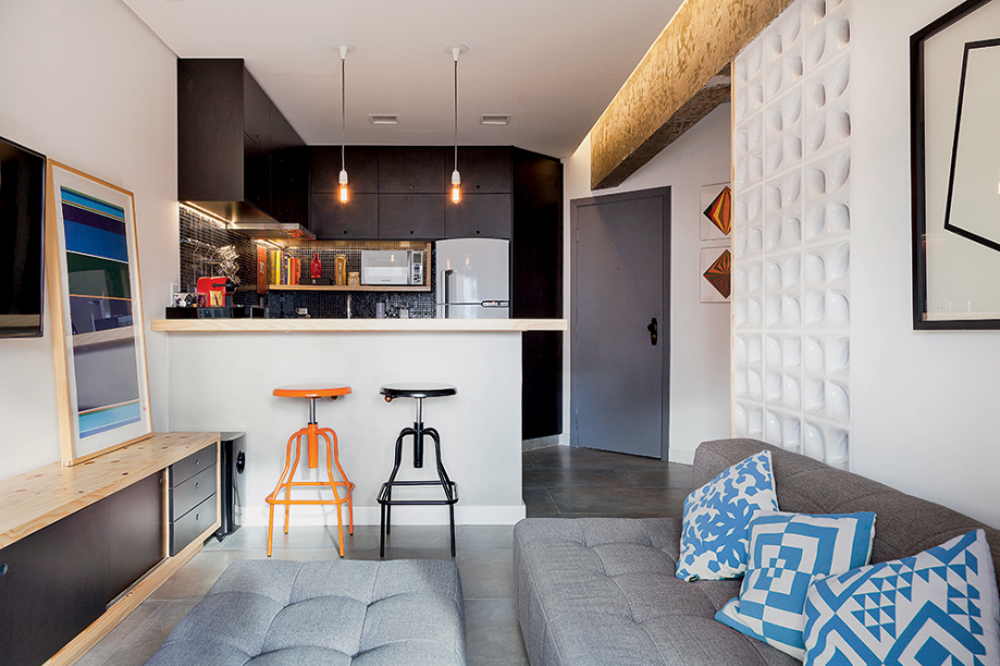<span>De visual minimalista, o mobiliário sob medida foi desenhado pela Tripper Arquitetura e produzido pela marcenaria Marcen Mello. Projeto do escritório Tripper Arquitetura.</span>