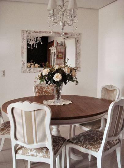 <span>O predomínio de cores claras caracteriza o estilo vindo da Provença, região da França. Karla apostou na combinação do branco com detalhes beges e em tons pastel. Os móveis patinados e com formas arredondadas também são típicos da Provença. É o caso da mesa de jantar, presente do pai da moradora: a base branca tem as bordas desgastadas. Tecidos listrados e florais revestem almofadas, cadeiras e a poltrona Luís XV.</span>