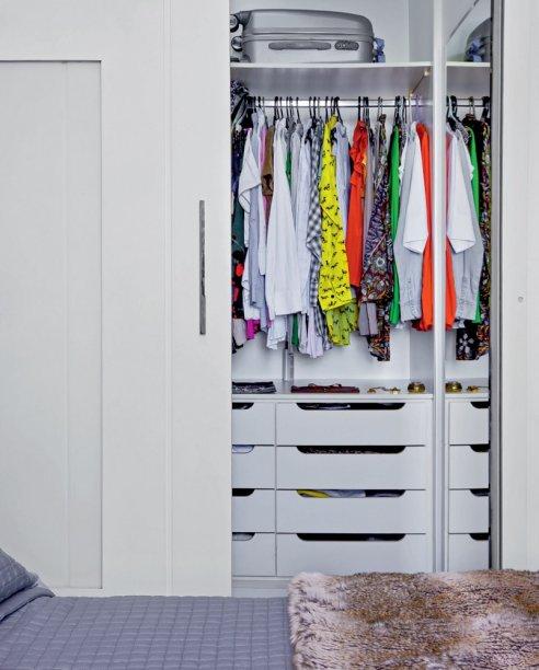 <span>Um recuo na planta mostrou-se perfeito para abrigar o closet.Projeto da designer de interioresElvira Monteiro.</span>