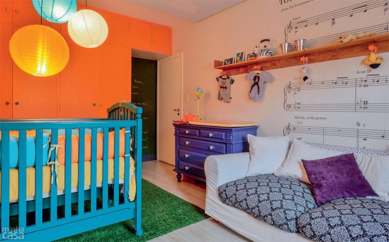 Decoração para quarto de bebê com tema de rock e aviões.O décor, com itens coloridos e divertidos, foi inspirado na história dos pais de Ravi o dono do cantinho. Projetoda designer de interiores Ana Maria Mouawad Queiroga.